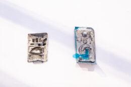 Na wprost widza, na białej ścianie, wiszą dwie małe prace. Są wykonane techniką mieszaną. Składają się z różnych drobnych elementów oraz czarno-białych rysunków naklejonych na plastikowe podkładki, będące częściami jakichś urządzeń.