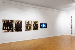 Tematem zdjęcia są wspomniane już prace Izabeli Gustowskiej, ale w szerszym tym razem kadrze mieści się również dzieło Rafała Jakubowicza. Jest to wykonany ze skorodowanego metalu napis BAUHAUS, złożony z pojedynczych liter umocowanych pionowo na białej ścianie. Pierwszy plan fotografii zajmuje podłoga galerii.